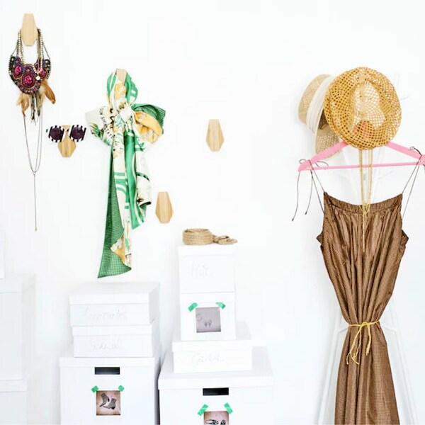 Crochets avec accessoires sur le mur