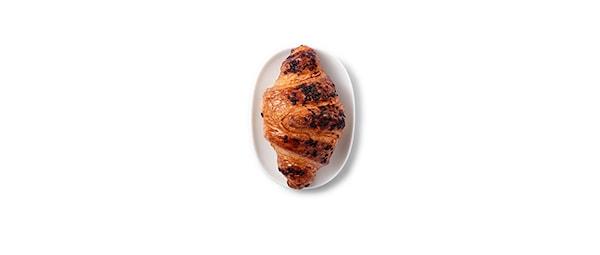 Croissant cu unt umplut cu cremă de cacao și alune de pădure