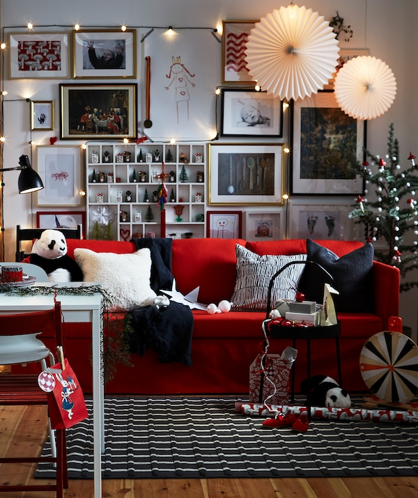 Crvene IKEA TERJE sklopive stolice od bukve su odlična dodatna rješenja za sjedenje.