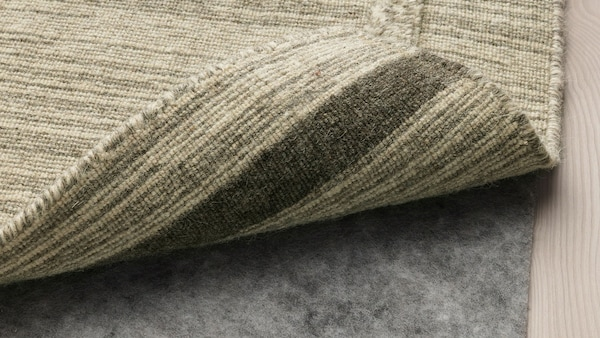 Csúszásgátló alátét egy szőnyeg alatt.