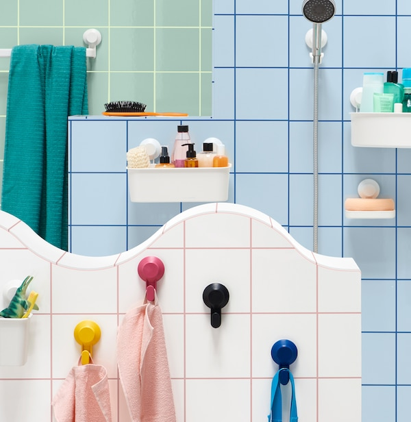 Cuarto de baño cunha ducha e accesorios de baño TISKEN.