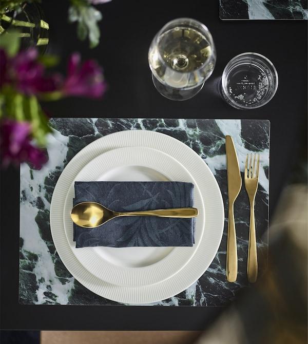 Cubiertos TILLAGD de acero inoxidable metalizado de color bronce en una mesa moderna.