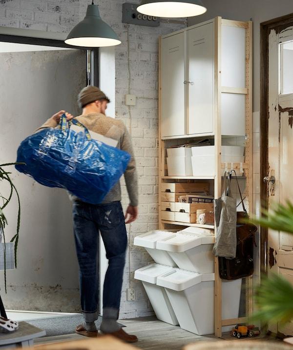 Cubos de reciclaje para separar residuos en casa
