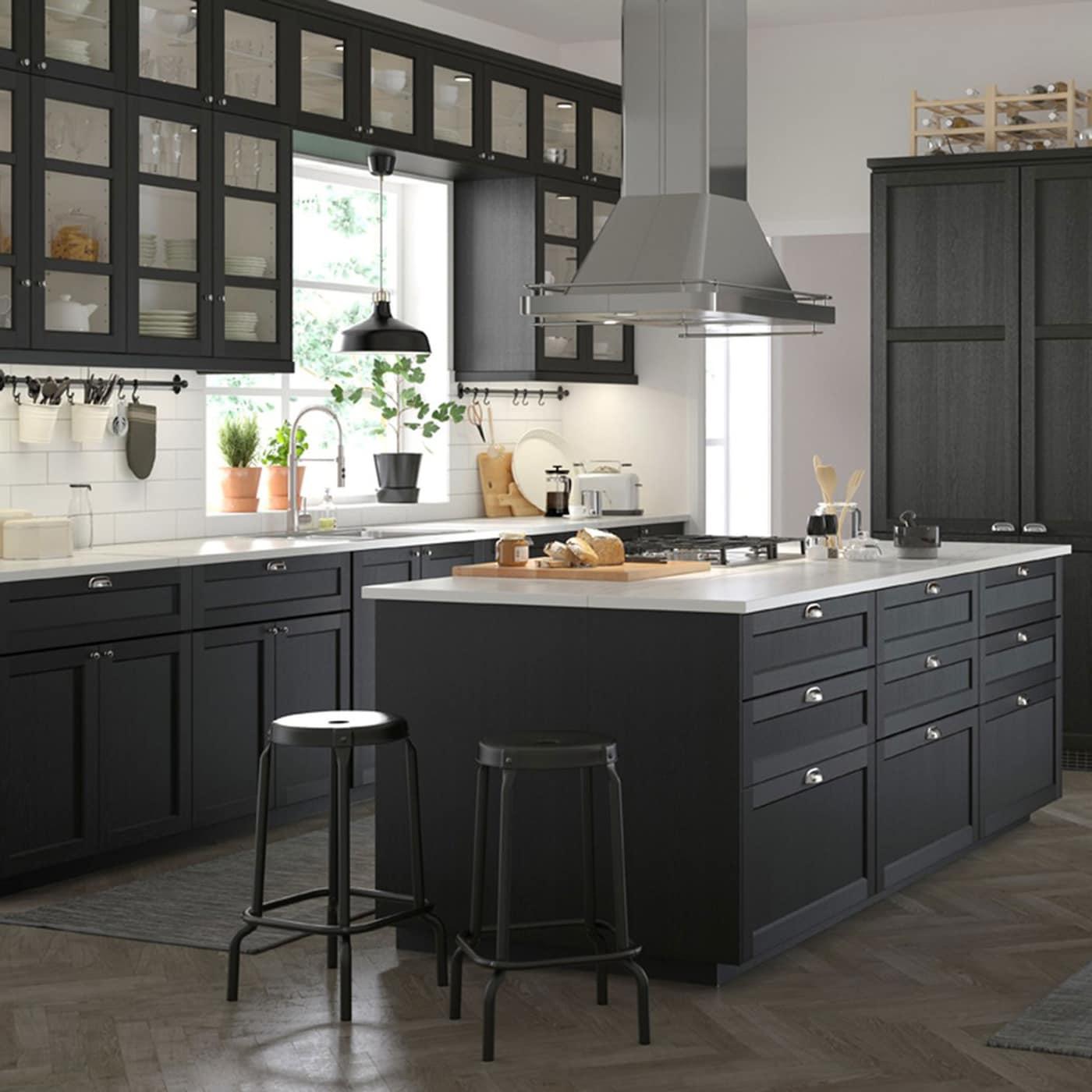 Cucina di grandezza media in nero e bianco, dallo stile tradizionale, con ante LERHYTTAN trattate con mordente nero – IKEA