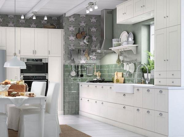 Cuisine à façades GRIMSLÖV de IKEA. Les tiroirs à extension complète permettent d'atteindre tout leur contenu sans difficulté.