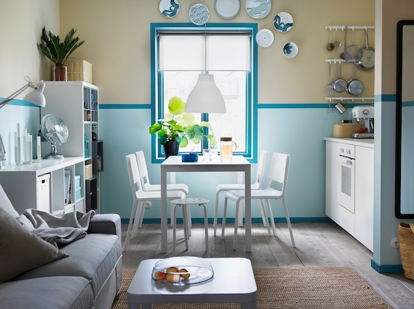 Cuisine bleue et blanche avec la petite table extensible VANGSTA pour 4 personnes avec 4 chaises TEODORES et un tabouret.