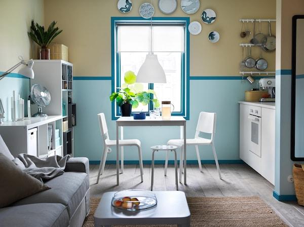 Cuisine bleue et blanche avec la petite table extensible VANGSTA, deux chaises TEODORES et un tabouret.
