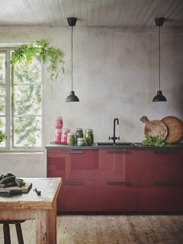 cuisine-brun-rouge-foncé-brillant-IKEA