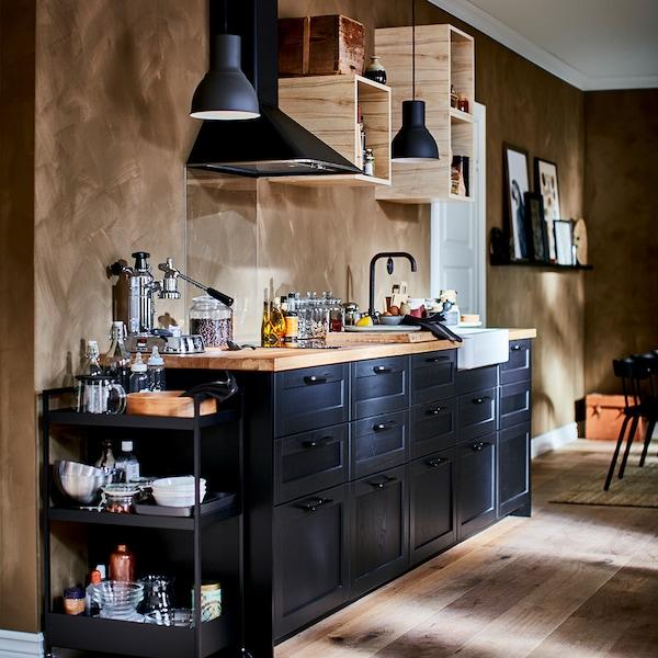 Cuisine-Lerhyttan-noir-moderne-mur-marron-ikea