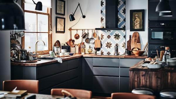 Cuisine METOD de style contemporain avec façades en gris foncé, plan de travail bois et revêtement mural carrelé.