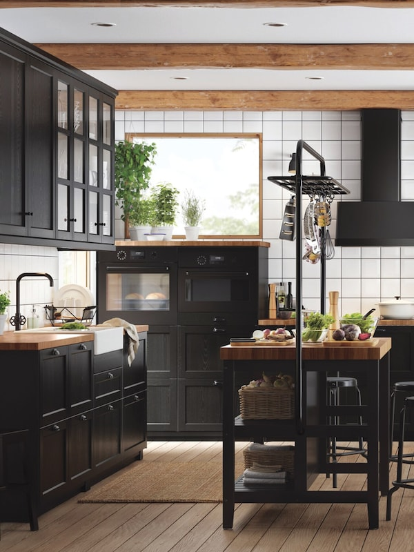 cuisine-noire-bois-ikea-LERHYTTAN-ilot