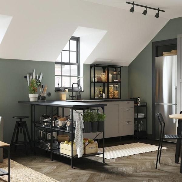 cuisine-noire-gris-ikea-ENHET-mur-vert-kaki-moderne