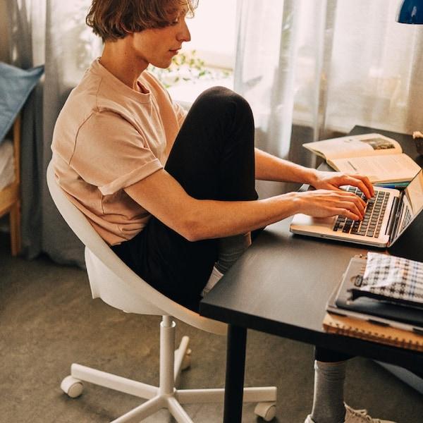 Cum să mobilezi un spațiu de lucru mic cu un buget restrâns