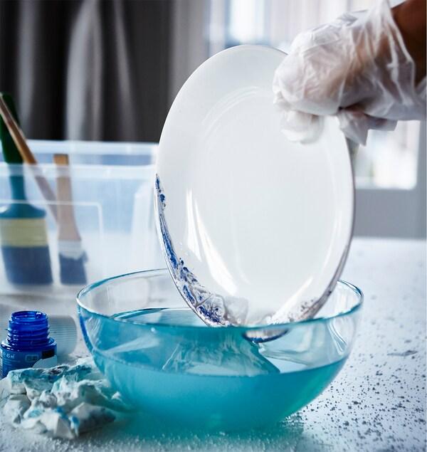 Customizar un plato blanco pintando los bordes.