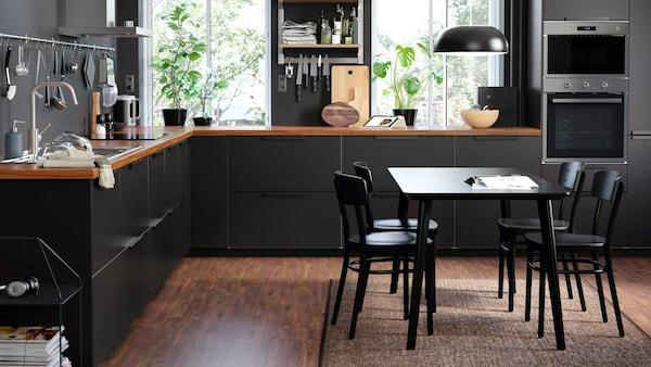 czarna kuchnia i stół jadalniany
