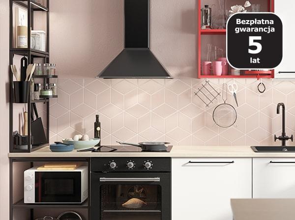 Czarna kuchnia z czarnymi sprzętami AGD