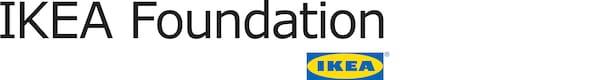Czarne logo IKEA Foundation obok niebiesko-żółtego logo IKEA.