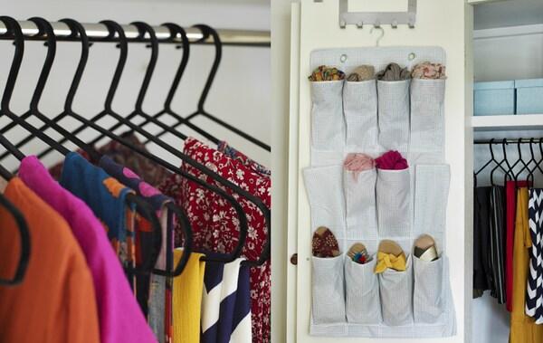 Czarne wieszaki w szafie z kolorowymi ubraniami i akcesoria przechowywane w kieszeniach na buty zawieszonych na wewnętrznej stronie drzwi.