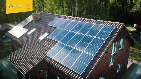 Dach domu jednorodzinnego z panelami fotowoltaicznymi.