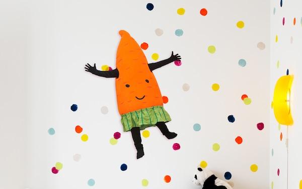 Mårris porkkana värikkäällä taustalla.