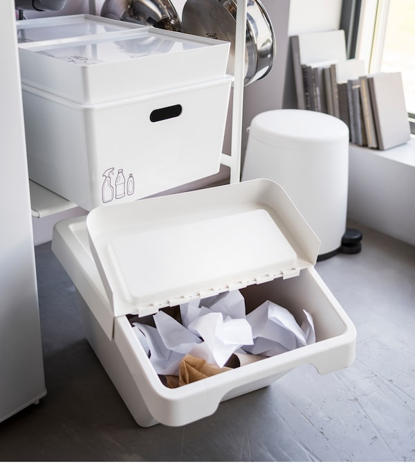 Da IKEA puoi trovare nuove idee per organizzare la cucina. Scopri l'assortimento di contenitori per rifiuti e scatole per organizzare adatti anche alle cucine più piccole. Il contenitore per rifiuti SORTERA, dotato di un pratico coperchio a ribalta, è una soluzione funzionale.