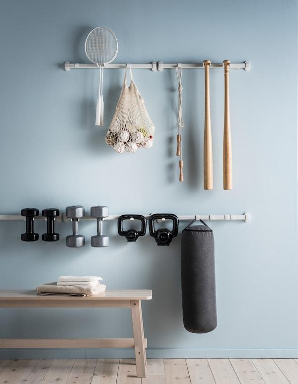 Da IKEA puoi trovare tante idee per tenere in ordine l'equipaggiamento sportivo. I binari VAJERT sono piccoli, maneggevoli e minimalisti, perfetti per tenere in ordine tutte le attrezzature, dalla corda per saltare ai manubri.
