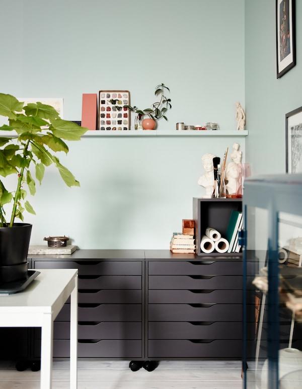Da IKEA trovi tante soluzioni per organizzare gli spazi e creare un soggiorno moderno. La cassettiera grigia con le rotelle ALEX permette di nascondere ciò che non si vuole tenere in vista e si può collocare anche nel centro della stanza perché il pannello di fondo è rifinito.