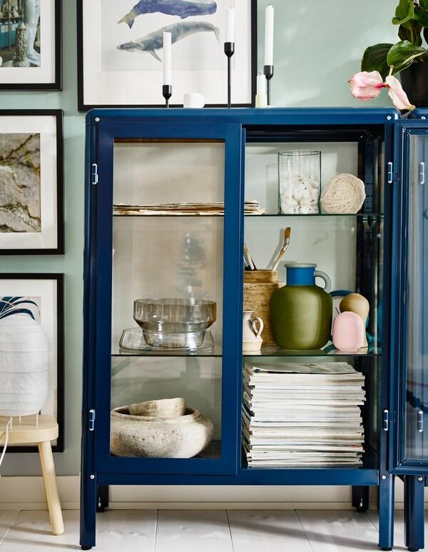 Da IKEA trovi un'ampia selezione di mobili come la vetrina blu FABRIKÖR con i ripiani regolabili per esporre e proteggere i bicchieri o i tuoi oggetti preferiti.