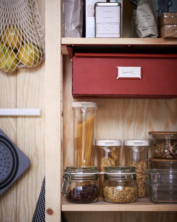 Da una nueva vida a botellas, tarros y otros recipientes de cocina.