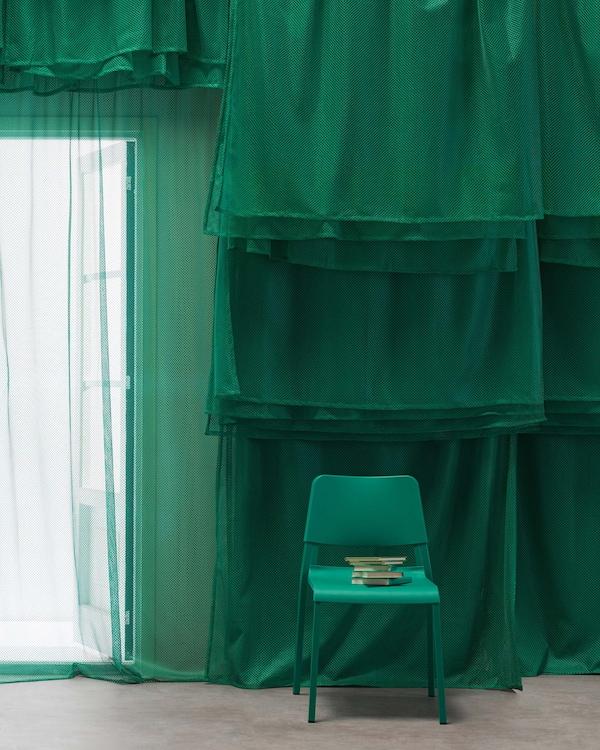 Dapatkan rupa yang unik dengan langsir jaring GRÅTISTEL hijau cerah dari IKEA. Pakaian yang serupa digunakan dalam sukan musim panas, ia membenarkan cahaya menembusinya dan memberikan privasi. Anda juga boleh melapisinya seperti yang kami lakukan di sini.