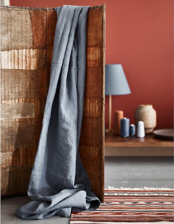D'après nous, l'une des grandes tendances à venir consistera à combiner des couleurs de terre rouges avec des accents bleus et des meubles en bois foncé.