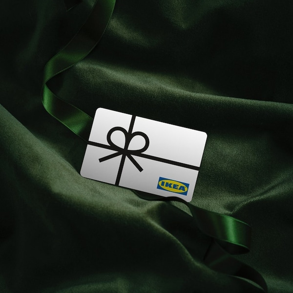 Dárková karta položená na zeleném hedvábí.