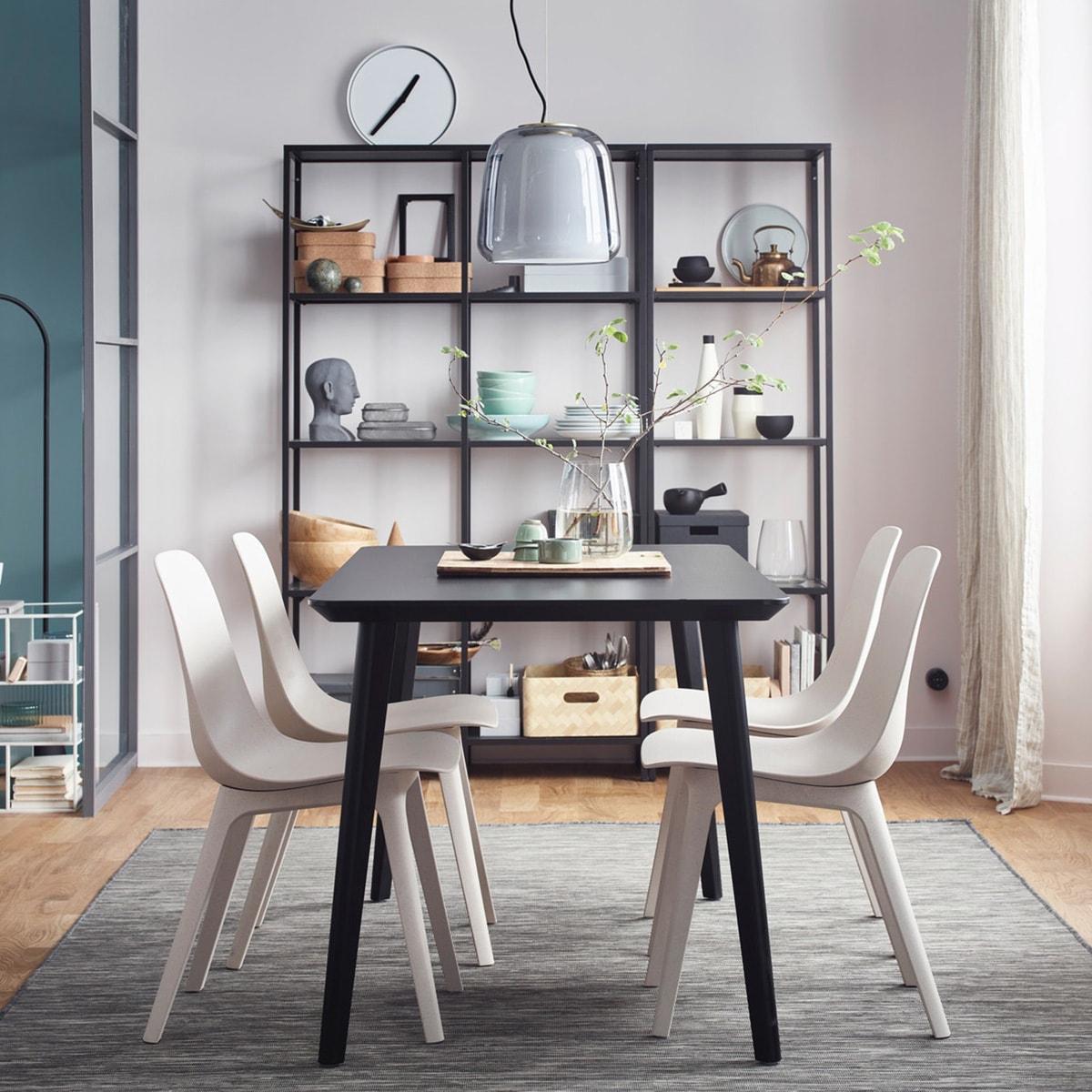 Das Geheimnis zu einem stilvollen Esszimmer? Designikonen wie Preisträger IKEA ODGER Stühle weiss/beige und LISABO Tisch schwarz.