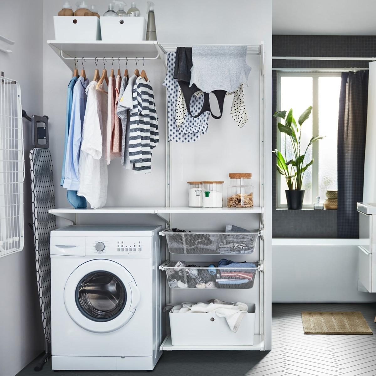 Das IKEA ALGOT Sortiment bietet u. a. eine Kombination aus ALGOT Wandschienen/Böden/Wäschehalter, die sich mit KUGGIS Boxen aus Kunststoff um die Waschmaschine herum arrangieren lässt.