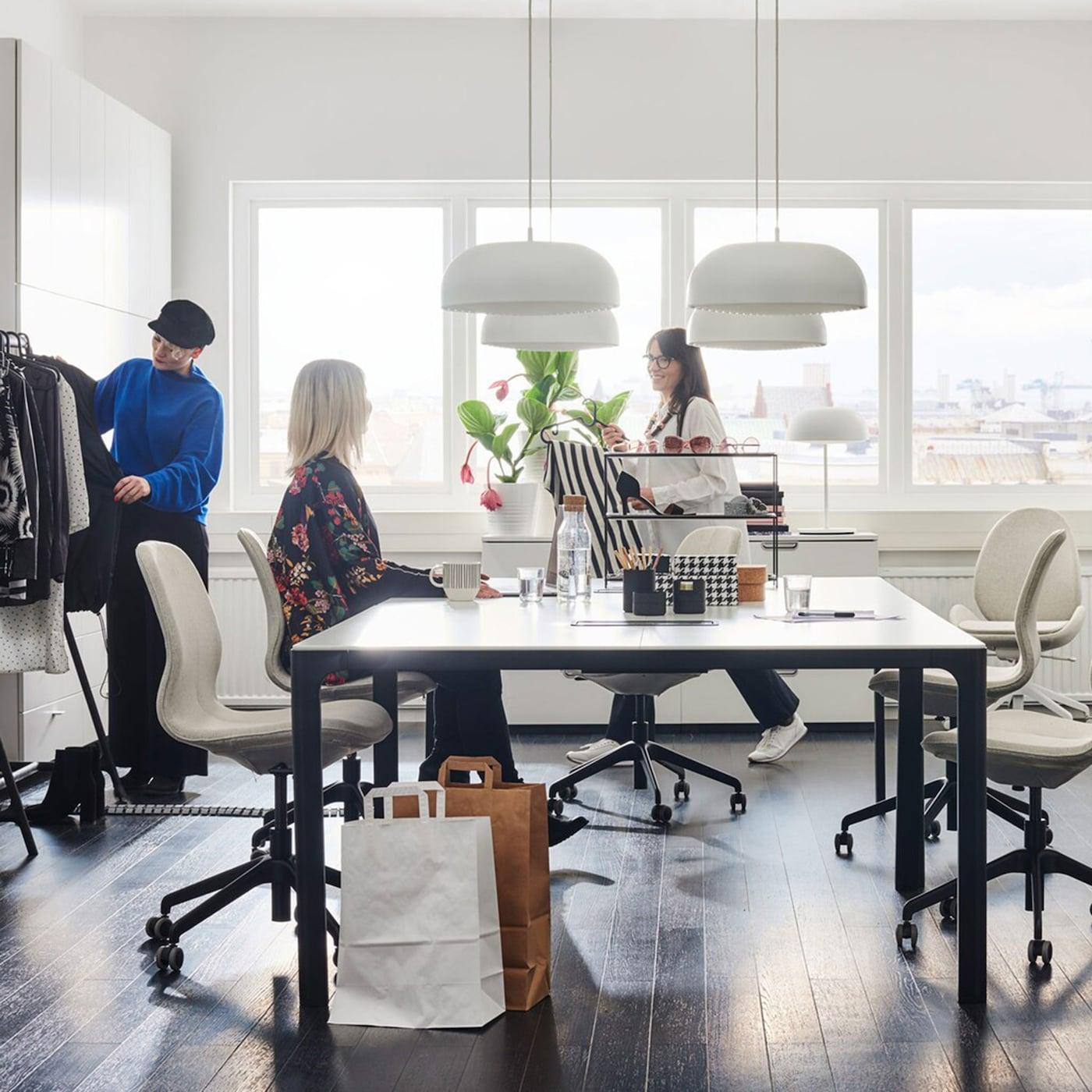 Das IKEA Business Sortiment bietet neben Sitz-/Stehschreibtischen, rollbaren Schubladenelementen und Regalorganisation auch BEKANT Konferenztische weiss/schwarz, von denen kleine Büros und Unternehmen gleichermassen profitieren.