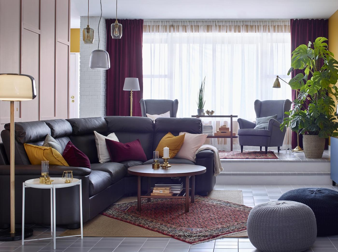 """Das IKEA LIDHULT Ecksofa 4-sitzig mit Lederbezug """"Grann"""" und beschichtetem Bezug """"Bomstad"""" in Dunkelbraun ist eine tolle Lösung für Wohnzimmer im traditionellen bzw. modernen Stil. Diese Familie hier hat Orientteppiche ergänzt."""