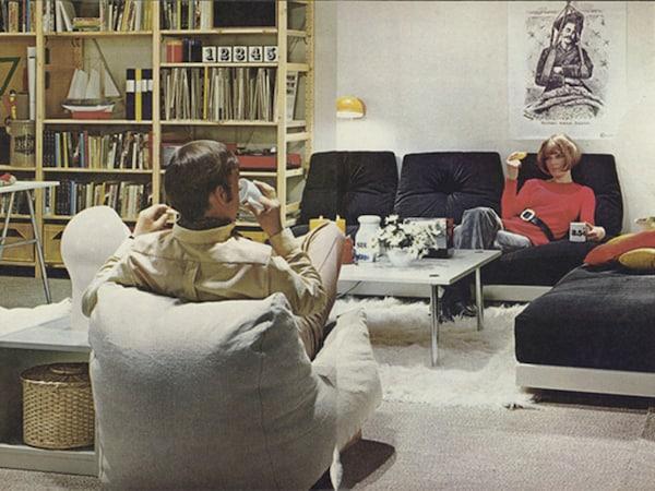 Das Regal aus der Garage ins Wohnzimmer zu bringen, war der Schlüssel zum Erfolg von IVAR. Hier eine Doppelseite aus dem IKEA Katalog 1971.