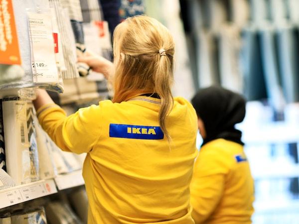 Två IKEA medarbetare som jobbar
