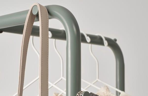 Крупный план металлической вешалки НИККЕБИ для прихожей