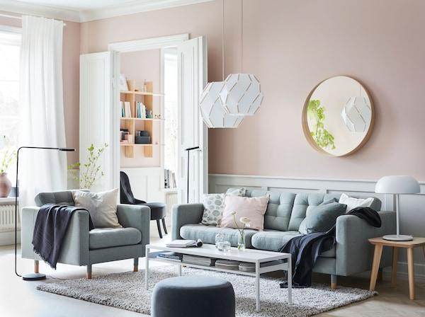 Dê à sua sala um ambiente tranquilo com o sofá e os módulos adicionais LANDSKRONA em verde claro, candeeiros suspensos SJÖPENNA e iluminação YPPERLIG funcional.