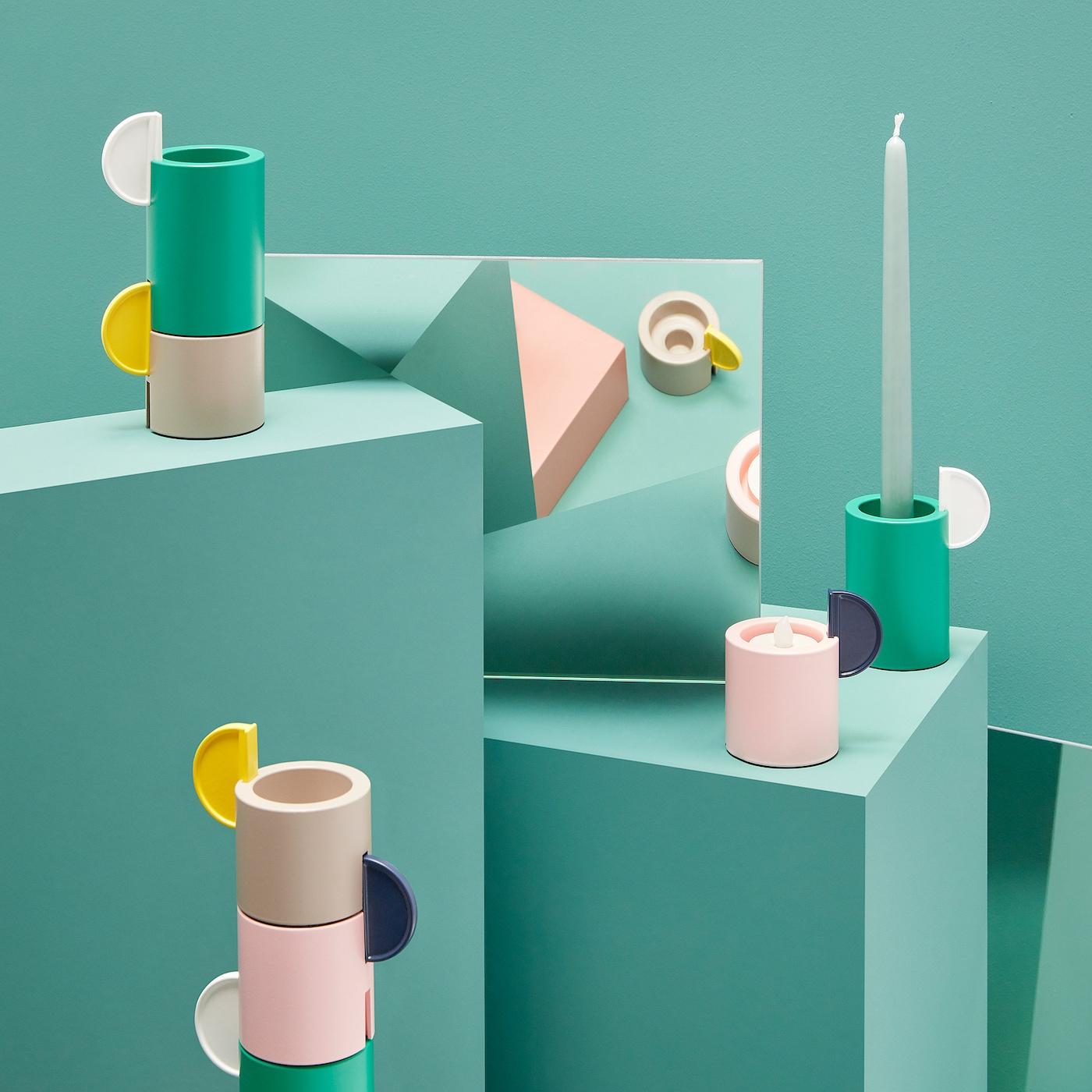 De ÄDELHET set kandelaars/theelichthouders: cilindervormen in verschillende hoogtes en kleuren.
