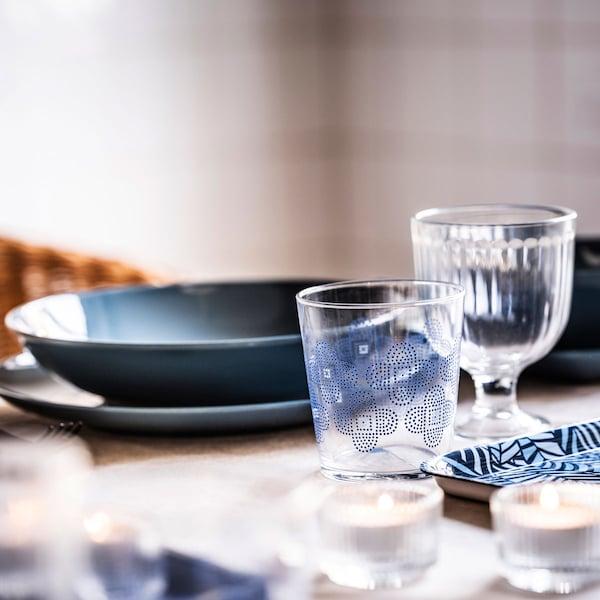 de la vaisselle bleue sur une table