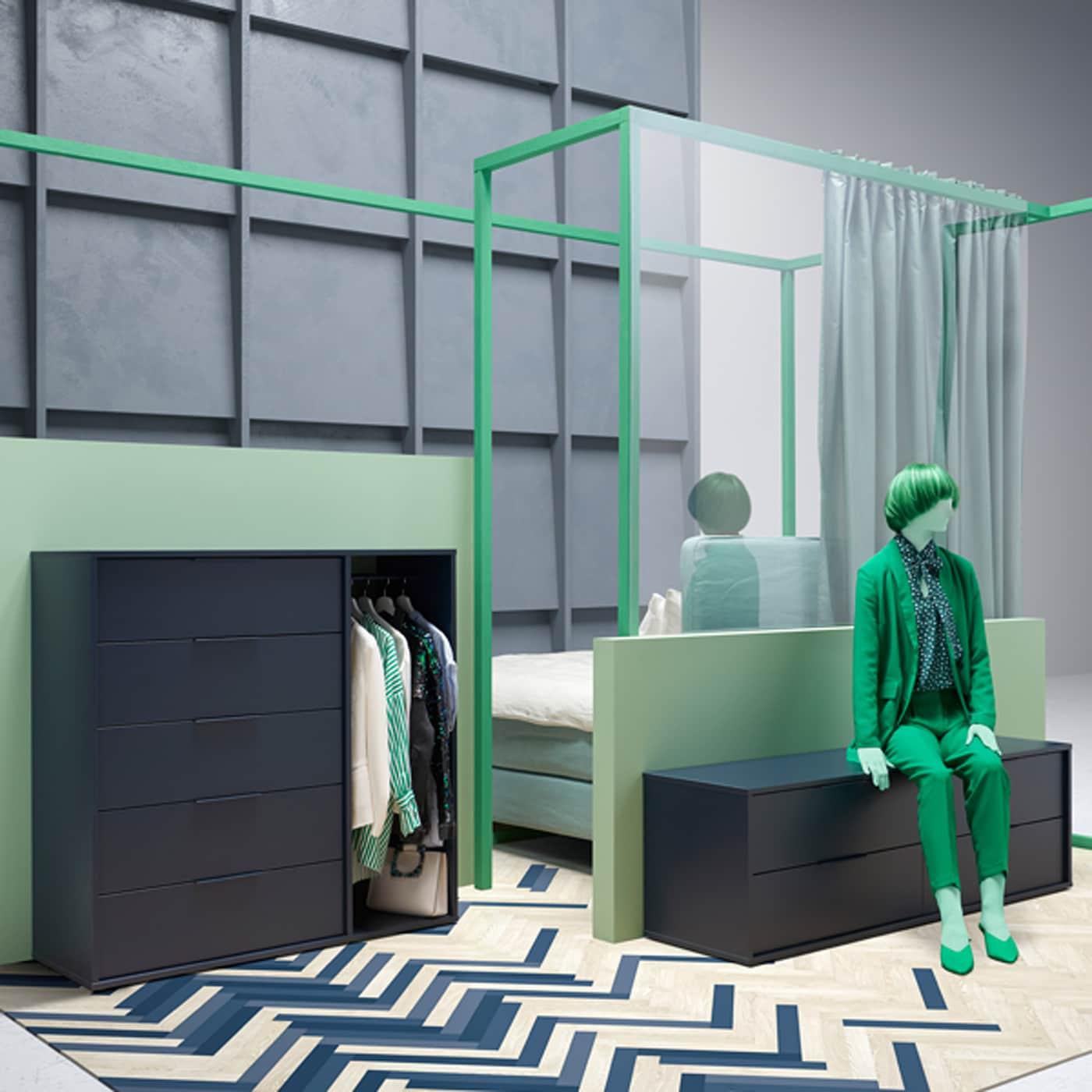 De leuke, moderne NORDMELA ladekast met vier lades kan je ook als bank gebruiken. Hier zie je de kast in een slaapkamer, maar ze past overal in huis.