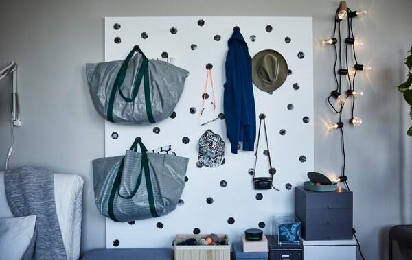 De roupa pendurada até roupa de cama, uma parede de arrumação é ideal para espaços pequenos. Tudo o que precisa é de madeira, ganchos robustos e tinta.