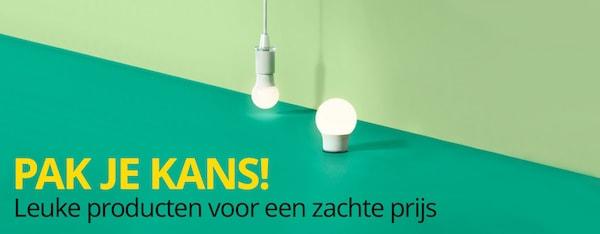 De RYAT LED-lamp hangt voor een groene achtergrond.