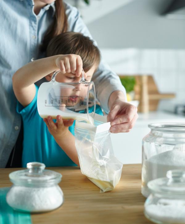 Dečak priprema sladoled recept u kesici