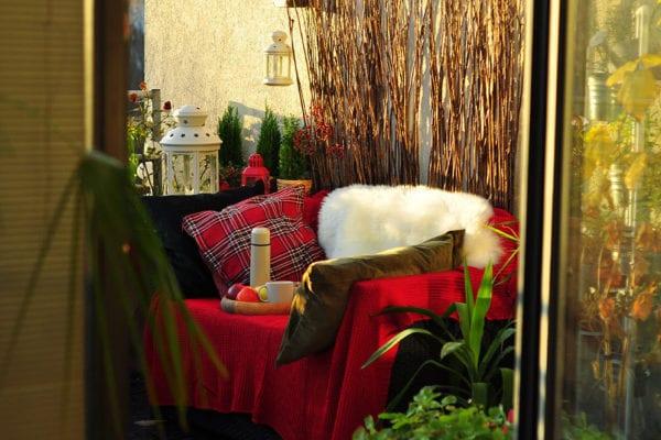 Decken, Felle und Kissen machen den Platz an der frischen Luft gemütlich.