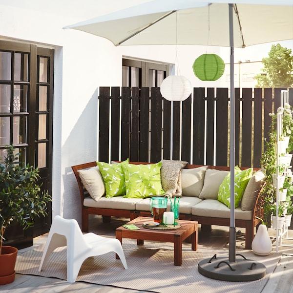 Decoración de una terraza chill out en tonos blancos y verdes
