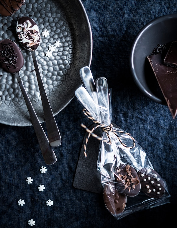 Decorate IKEA CHOKLAD MÖRK chocolate in DRAGON stainless steel spoons with sprinkles and shavings. Use GIVANDE cellophane candy bags to finish!