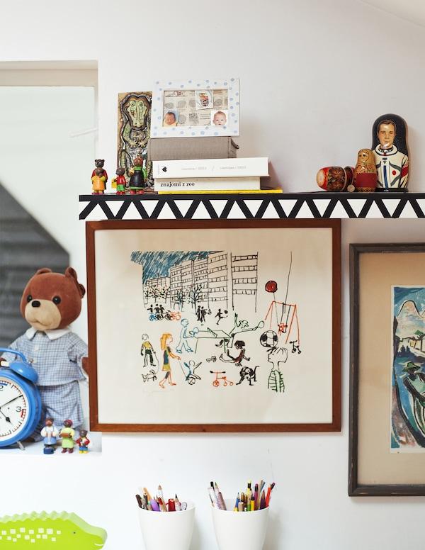 Décorez une étagère murale avec de l'adhésif